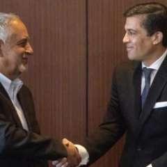 El ministro Carlos Pérez (der) estrecha la mano del nuevo Gerente de Petroecuador, Pablo Flores (izq). Foto: Twitter