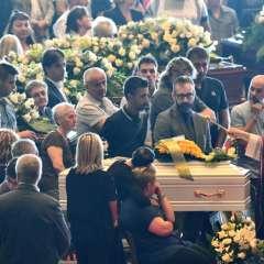 Funerales en Génova por víctimas del puente derrumbado. Foto: AFP