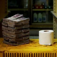 En algunos mercados de Caracas un rollo de papel higiénico puede costar 2.600.000 bolívares.