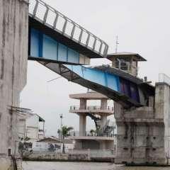 GUAYAQUIL, Ecuador.- Vista de uno de los puentes peatonales durante el recorrido fluvial. Foto: Gobernación del Guayas.