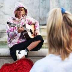 Bieber cantó docenas de fanáticos sorprendidos.