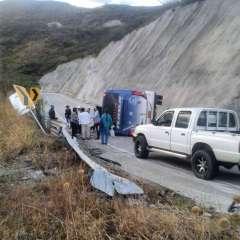 LOJA, Ecuador.- Un bus de la operadora Tursur se volcó y tras el colapso el chofer se dio a la fuga. Foto: Twitter