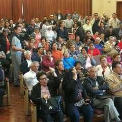En la Caja del Seguro, un grupo de jubilados pidió un plazo para que les cancelen. Foto: Twitter @alexllanosh