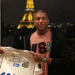 Mbappé mostró la camiseta firmada por Pelé y subió la fotografía en sus redes sociales.