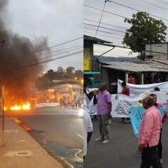 Agentes de la Policía acudieron a una plaza para reabrir la vía de ingreso a Esmeraldas.  Foto: Cortesía