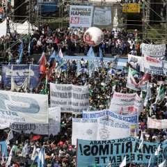 Miles de personas se reúnen en Plaza de Mayo durante una protesta contra la política económica del presidente. Foto: AFP