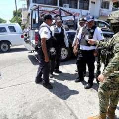 Los miembros de la policía municipal de Acapulco fueron detenidos y desarmados.