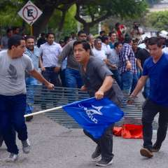GUAYAQUIL, Ecuador.- El jueves 11 de octubre simpatizantes de ambos 'rectores' se enfrentaron en la Universidad. Foto: API.