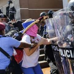 Mujer es arrestada por la policía anti disturbios durante una protesta Foto: AFP