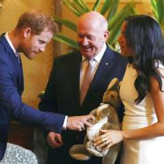 Meghan sostiene un canguro de felpa regalo del gobernador general de Australia, Sir Peter Cosgrove. Foto: AP
