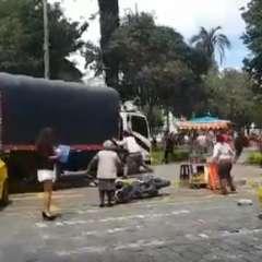 IBARRA, Ecuador.- Testigos aseguran que el chofer del transporte agredió a un oficial motorizado. Foto: Captura Video.