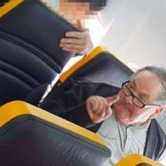 Los gritos del hombre a la mujer que estaba en su fila fueron captados por otros pasajeros en un video.