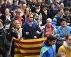 Personas portando banderas de Estelada catalanas independentistas y banderas del País Vasco durante una manifestación en el pueblo vasco de Beasain, al norte de España / Fotos: AFP