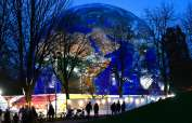 Una maqueta de un planeta Tierra se muestra en el parque Rheinaue durante la Conferencia de Cambio Climático de las Naciones Unidas COP23 en Bonn, Alemania. Foto: AFP
