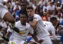 Christian Ramos (c.) llegó a inicios de año para reforzar la defensa, pero es suplente. Foto: API