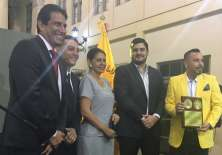 José Francisco Cevallos (i.), Gobernador del Guayas, entregó el reconocimiento. Foto: Tomada de la cuenta Twitter @BarcelonaSCweb