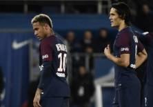 El delantero brasileño (i.) discutió con el uruguayo durante un partido de la liga francesa. Foto: AFP