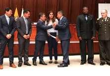 Carlos Villacís (d.)  entrega el Proyecto de Ley a José Serrano, presidente de la Asamblea Nacional. Foto: Tomada de la cuenta Twitter @FEFecuador