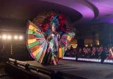 Daniela Cepeda en su presentación de traje típico. Foto: AFP