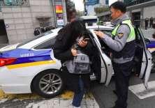 No es inusual ver a patrullas policiales llevar a los jóvenes a que rindan el examen.