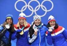 Ranghild Haga (c.) consiguió una de las medallas doradas para el país nórdico. Foto: AFP