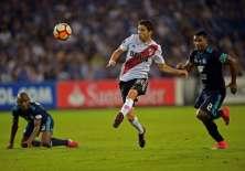 El defensa ecuatoriano (d.) no fue convocado para este partido. Foto: RODRIGO BUENDIA / AFP