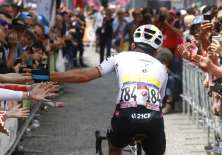 El ciclista ecuatoriano llegó décimotercero en la etapa 14 del Giro de Italia. Foto: Luk Benies / AFP