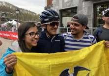 Hinchas ecuatorianos de Carapaz muestran su apoyo y felicitaciones. Foto: Movistar Team