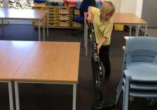 Sammy, de 6 años, dice que está contento de poder usar la aspiradora, en lugar de tener que limpiar a mano.