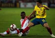 El volante fue titular ante Perú, pero fue cambiado al minuto 32 del partido. Foto: ERNESTO BENAVIDES / AFP
