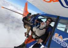 SIDNEY, Australia.- O'Shea realizó su primer salto en paracaídas en 2016 el día en que cumplió 100 años.