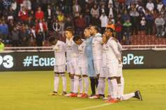 Los jugadores de Liga de Quito en el minuto de silencio. Foto: API