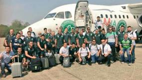 El plantel del Chapecoense posa frente ala avión que cayó antes de aterrizar en Medellín