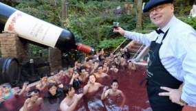 Un grupo de huéspedes brinda con un vino Beaujolais Nouveau de 2013 en el spa de vino en Tokio, el 21 de noviembre de 2013.