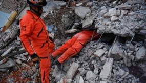 """Miembro del equipo especializado en rescate de los """"Topos"""" en busca de sobrevivientes en Juchitan de Zaragoza, México, el 9 de septiembre de 2017"""