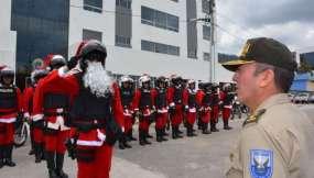Policías vistiendo trajes navideños. Foto: Policía Nacional.