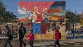 """""""El Corrido del Segundo Barrio"""", pintado por Jesus """"Cimi"""" Alvarado. Foto: AFP"""
