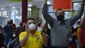 Hinchas de la Tri celebran en un Mall en Cuenca. Foto: API.