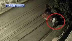 Chofer abandona a un hombre en la calle en Guayaquil