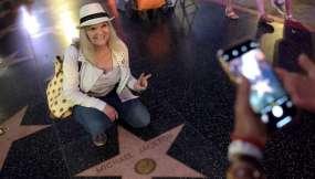 Cientos de fanáticos se fotografían con la estrella del cantante.
