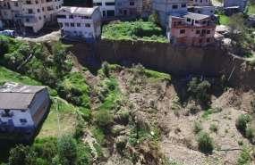 Al menos 2 viviendas están en peligro inminente de caer en un barrio de Cuenca, según declararon las autoridades. Foto: RiesgosEC