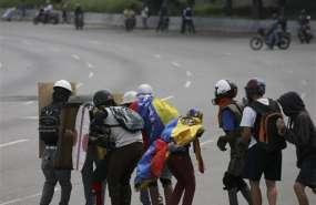 Manifestantes opositores enfrentan a las fuerzas de seguridad durante una marcha hacia la Corte Suprema en Caracas, Venezuela, el sábado 22 de julio de 2017. Foto: AP