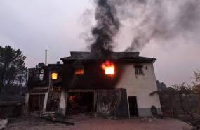 Una casa arde en el pueblo de Pinheiro dos Abracos, cerca de Oliveira do Hospital, en el norte de Portugal, el lunes 16 de octubre de 2017. Foto: AP