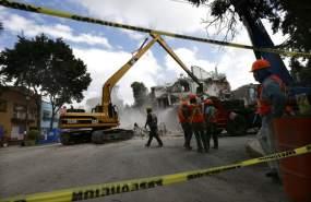 Una cuadrilla de obreros, el 17 de octubre del 2017, despeja las ruinas de uno de los edificios colapsados por el sismo del 19 de septiembre en la Ciudad de México. Foto: AP