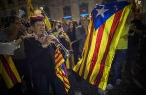 Un grupo de personas se concentra ante el Palacio de la Generalitat, sede del gobierno regional de Cataluña, en Barcelona, España, antes de un discurso del presidente de la comunidad, Carles Puigdemont, el 21 de octubre de 2017. Foto: AP