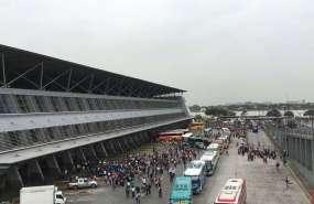 Personal y ciudadanos evacúan Terminal Terrestre de Guayaquil. Foto: Cortesía