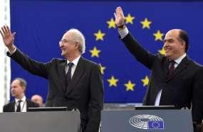 El líder opositor venezolano Julio Borges (D) y el ex alcalde de Caracas, Antonio Ledezma, hacen gestos cuando llegan al Parlamento Europeo para asistir a la ceremonia del Premio Sajarov a los derechos humanos del Parlamento Europeo el 13 de diciembre de 2017 en Estrasburgo, al este de Francia.