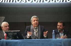 CUENCA, Ecuador.- A la firma del convenio asistieron el actual alcalde de Cuenca, Marcelo Cabrera, y su predecesor, Paul Granda, actual ministro de Moreno. Foto: Twitter Presidencia.
