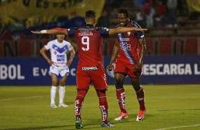 Daniel Angulo (d.) convirtió el gol de la victoria y luego salió lesionado. Foto: API