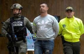 """Oficiales de la policía colombiana escoltan al ecuatoriano Washington P. A., alias """"Gerald"""" el 11 de abril de 2017. Foto: AFP"""